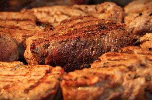Gegrillte Steaks anbieten